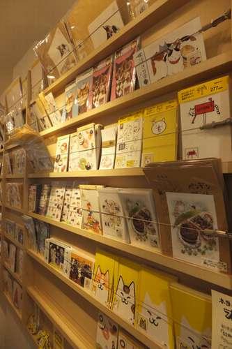 「アートな切手展」で販売されていたオリジナルのはがきや切手。人気作品は次々売れていた=東京・代々木のコンテナート