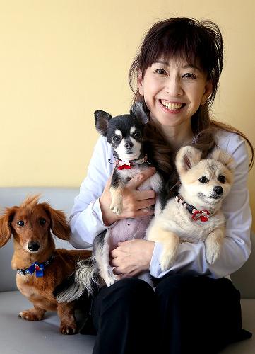 愛犬を抱っこしている大場久美子