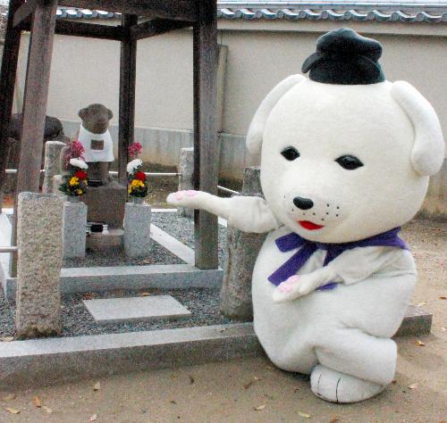王寺町指定文化財となった「石造雪丸像」と、町マスコットキャラクターの雪丸=奈良県王寺町の達磨寺