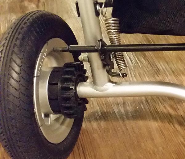 タイヤ部分のアップ。脚部のフレーム(銀色の部分)は溶接してあるので、頑丈な造りだ