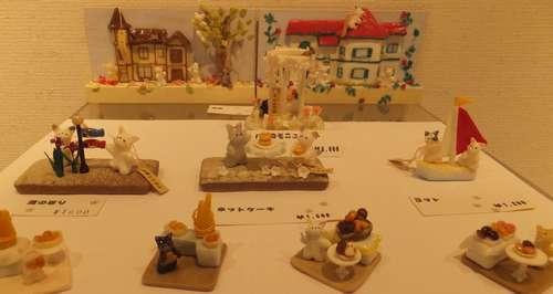 相原秀子氏が樹脂で作ったミニチュアの猫ワールド=横浜市のアートギャラリー山手