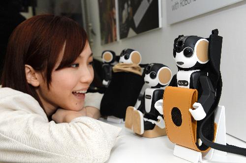 シャープが5月に発売した「ロボホン」は大きな注目を集めた=東京都港区