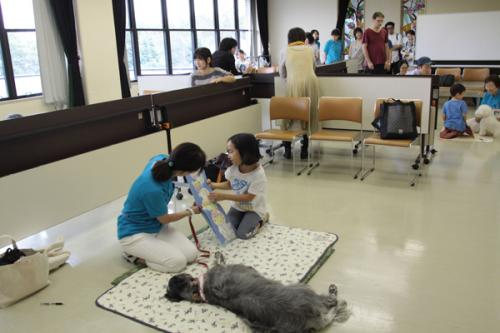 会場はつい立てで仕切り、子どもと犬(とハンドラー)が1対1になれるスペースを確保(c)大塚敦子