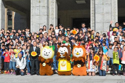みやざき犬のデビュー5周年を記念して、記念撮影した=宮崎県庁