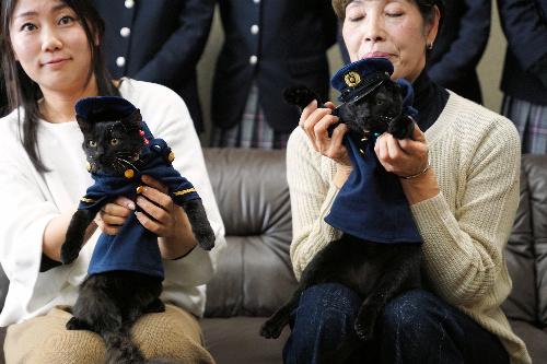 マスコットキャラクターに任命されたエマ(左)とケイ=岐阜県多治見市、多治見署