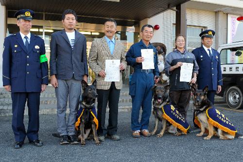 服部光治署長(左)から警察犬に嘱託された3匹=三重県伊賀市、伊賀署