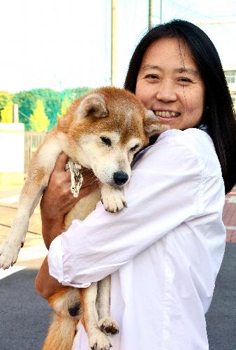 山本真由美さんと、名古屋市動物愛護センターから引き取った「先生」=名古屋市東区