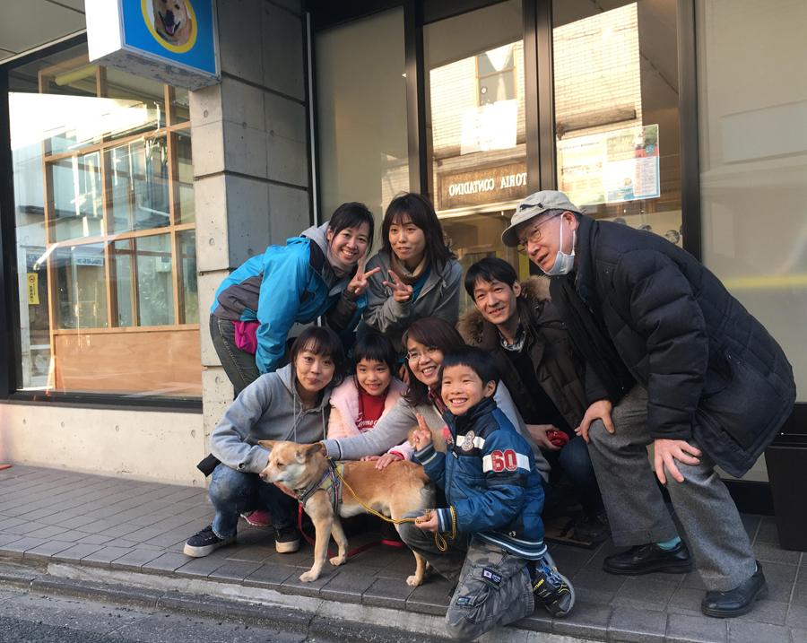 世田谷譲渡センターの最初の卒業犬になった「としき」と里親さん家族