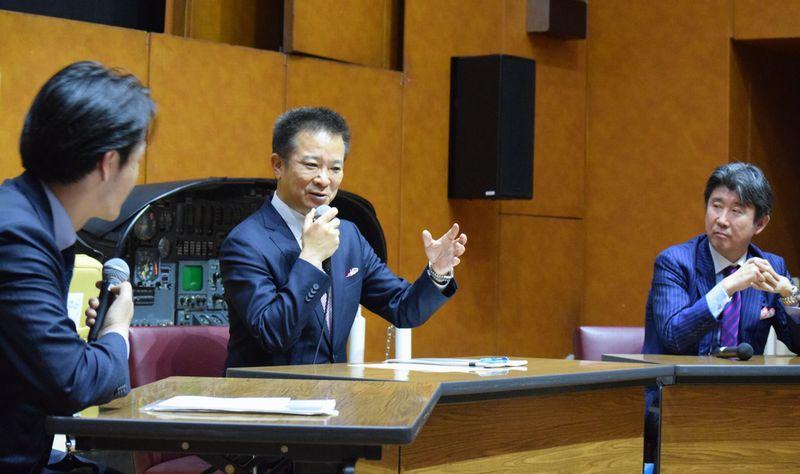 新規事業について話し合う永井隆志社長(中央)と藤田康人CEO(右)