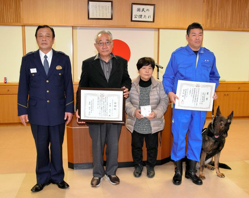 隈元清人署長(左端)から表彰状を受け取った寺園さん夫妻、福留さん、ドリル号=鹿児島市