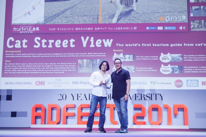 制作チームを代表してEFFECTIVE LOTUSを受け取るBBDO JAPAN本多正樹氏 (写真 左)