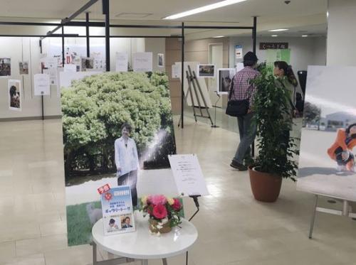 著名人の大型写真パネルも展示されている=東松山市
