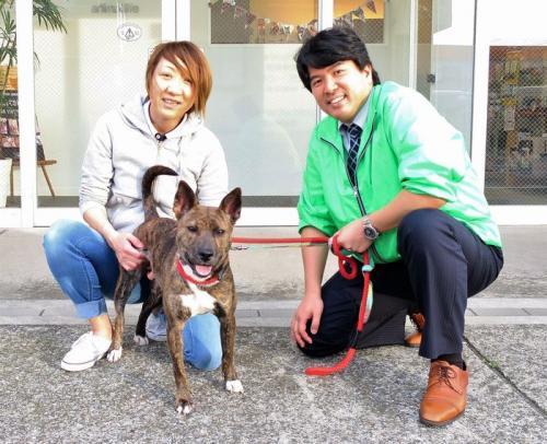 保護犬あられと、竹堂佳紀社長(右)と田中チーフ