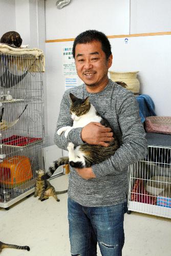 猫カフェ「ひとやすみ」店長の佐藤基広さん=名古屋市
