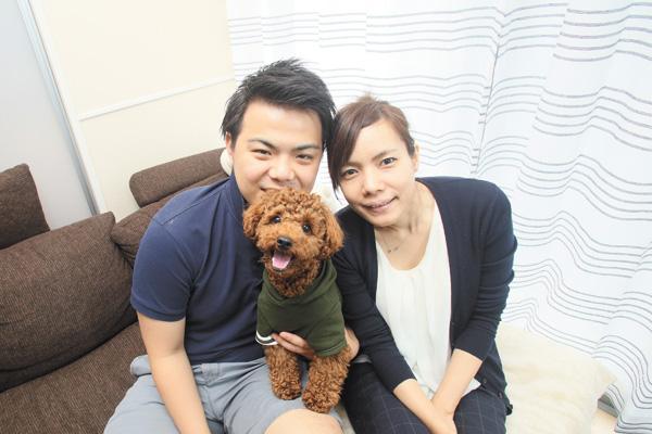 ヘーベルハウスのペット共生賃貸にお住まいの神山さん夫妻と愛犬のアン。「しつけ教室でアドバイスをもらって、すごく役立ちました!」