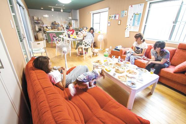 ペットと暮らせるシェアハウス。越谷市にあるHOUSE-ZOO壱番館のリビングルーム。人もペットもホームパーティーなどを楽しめる