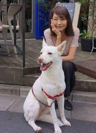 秋川リサさんとモモ(今年7月 渋谷のカフェで)