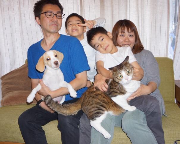 賑やか小島家。左から文彦パパ、犬の富男、幹生君、時生君、和美ママ、猫の島男