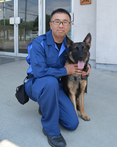 内藤弘崇さんと、担当する警察犬ハウル号=笛吹市石和町窪中島