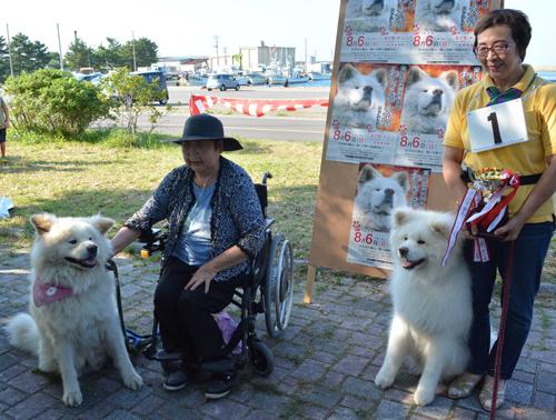 わさお大賞に輝いた「ファーファー」(右)とわさお。飼い主の菊谷節子さんは「立派なワンちゃんで、わさおも喜んでいます」=青森県鰺ケ沢町