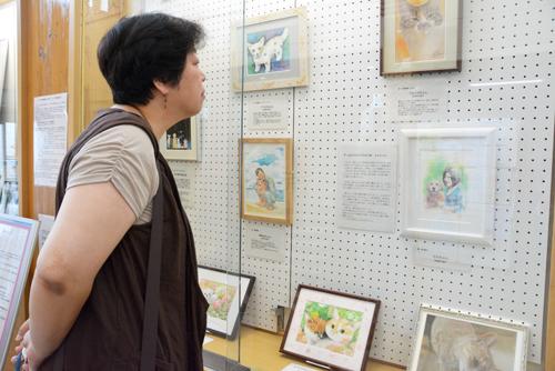 熊本地震で犠牲になったペットを描いた絵が展示されている=熊本市南区城南町舞原