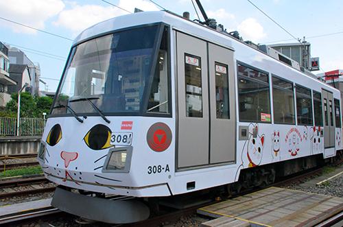 25日から営業運転を開始した東急世田谷線の「招き猫」ラッピング電車=東京都世田谷区