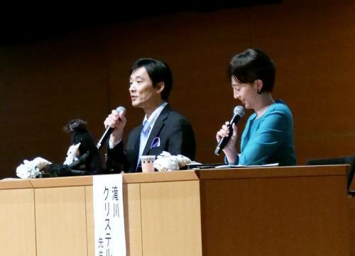動物について語る斉藤慶輔さん(左)と滝川クリステルさん