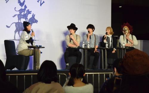 保護・譲渡の活動について語る大西純子さん(左)とセカオワのメンバーたち