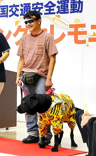徳島県庁での交通安全運動セレモニーに出演した際の山橋衛二さんと盲導犬ヴァルデス号
