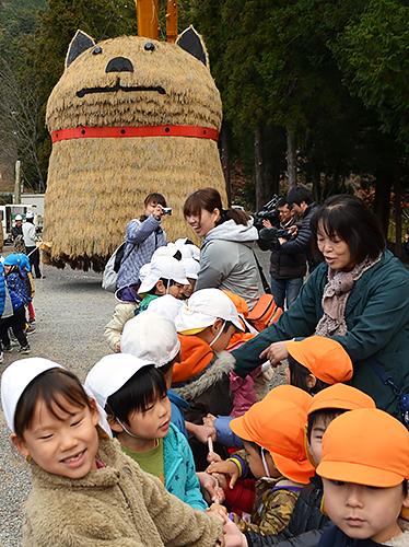 来年の干支の「戌」の置物を引っ張る子どもたち=兵庫県姫路市安富町安志