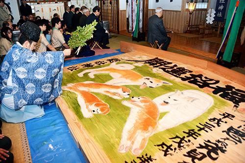 奉納式で清められる大絵馬=秋田市川尻総社町の総社神社