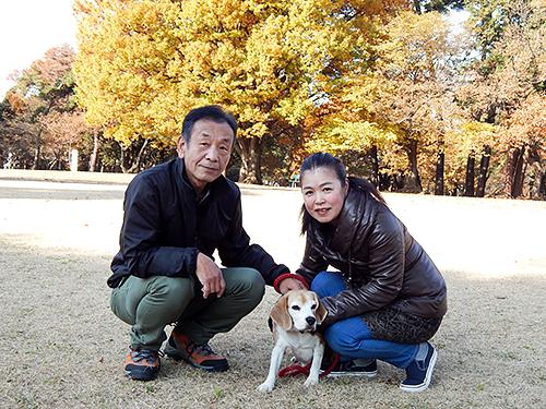 青柳健二さん、妻の直子さんと、愛犬のヴィーノ