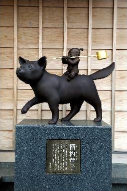 「おかげ犬」(三重県伊勢市)=柄杓(ひしゃく)童子の像。主人にかわって、ひしゃくを背にした犬が伊勢参りしたといわれる