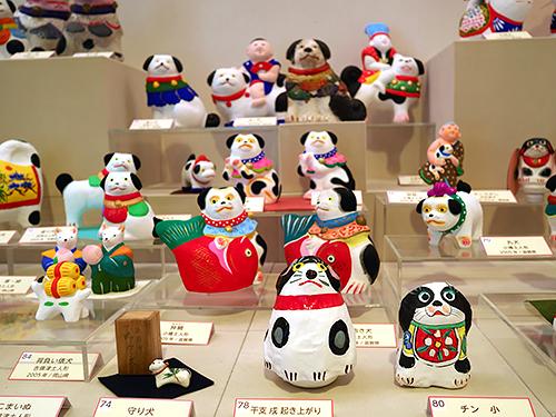 素朴な味わいの人形たち=鳥取市西町3丁目