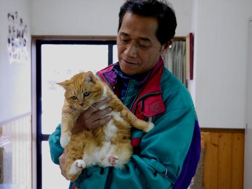 猫シェルターで最長老の「一二三」を抱く赤間さん