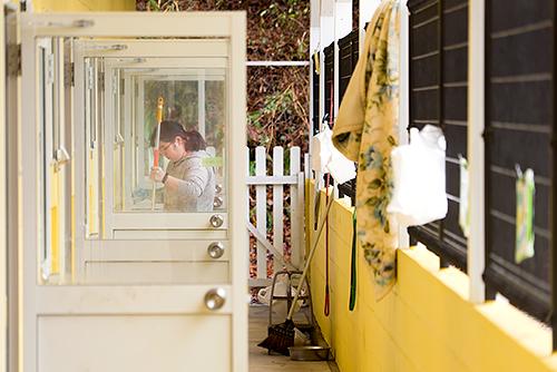 毎日の犬舎の清掃作業は、犬の健康維持のために大切。だが時間も労力もかかる