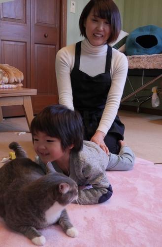 2歳になった孫の楓馬君と猫の「すみお」を見守る歩さん