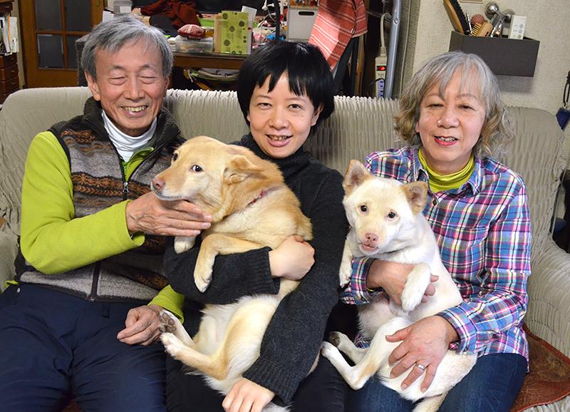 (右から)岡本順子さん、娘の沙織さん、夫の弘さん