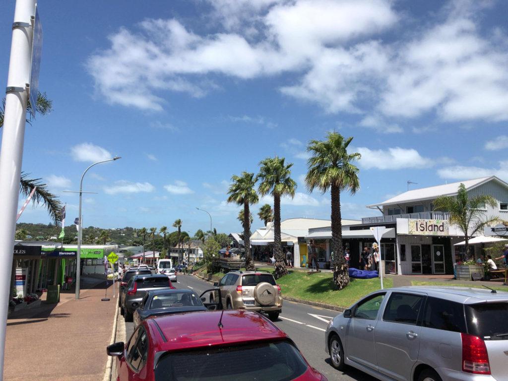 Oceanview Rd 沿いにお店が立ち並ぶ