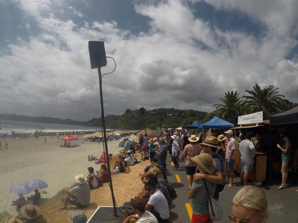 Onetangi Beach Races で賑わうオネタンギビーチ