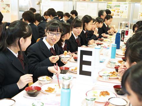給食を食べる生徒たち