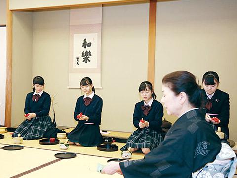 茶道を習う生徒たち