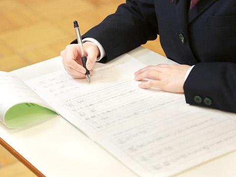 ペン習字をする生徒のようす