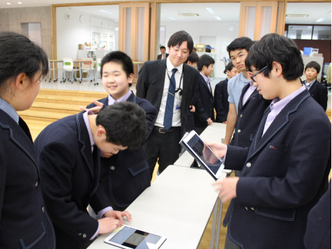 タブレットの使い方を教わる生徒たち