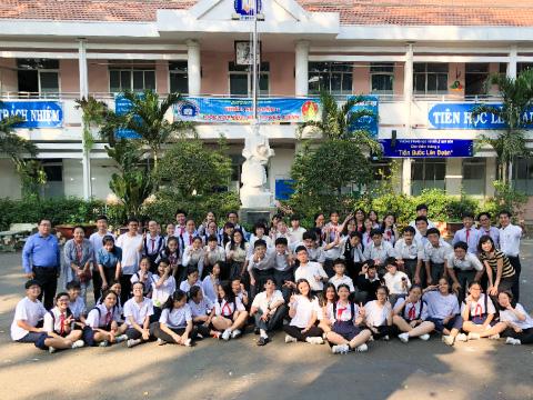 ベトナムの国立レクイドン中学校のようす