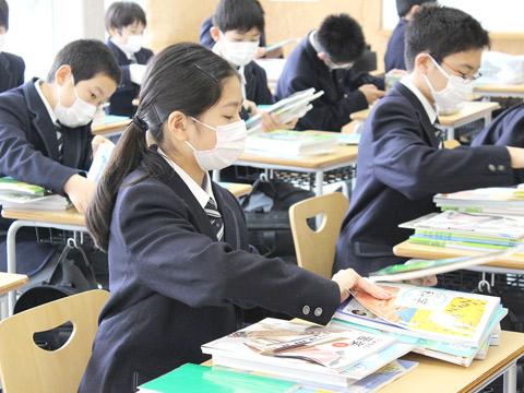 教科書と家庭学習の課題が配布された新入生たち