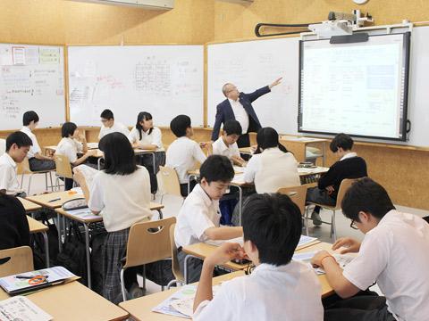 夏休みに実施した特別講座「租税教室」の様子