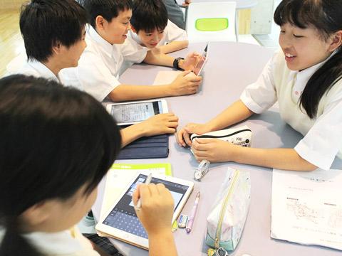 フィールドワークの話し合いをする生徒たち