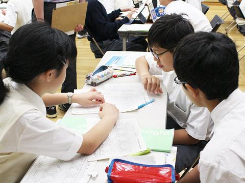 グループワークを行う生徒たち