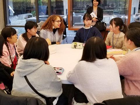 ハーバード大学で学生の講義やアドバイスを受けている豊山女子の皆さん